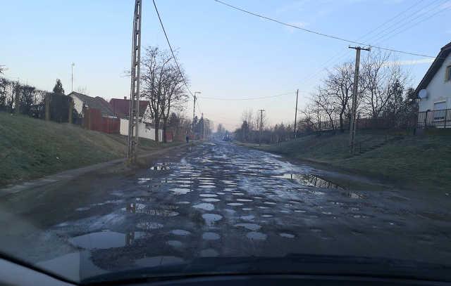 Monostorpályi út - kátyú - közlekedés