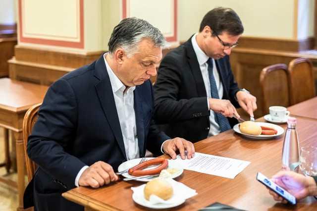 Orbán Viktor reggelizik a Parlamentben