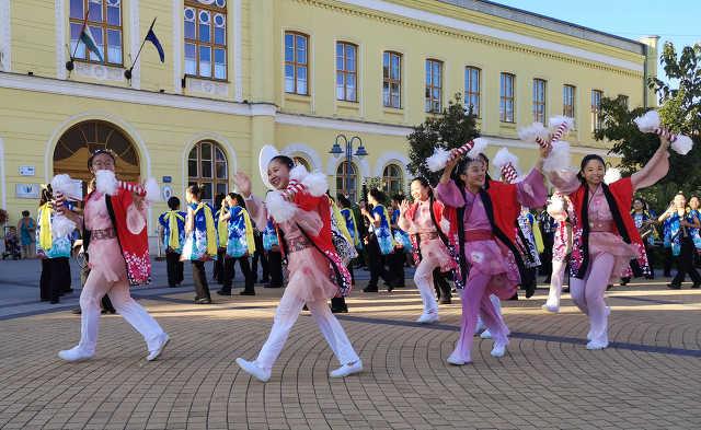A japán Demacsi Középiskola zenekara Hajdúböszörményben