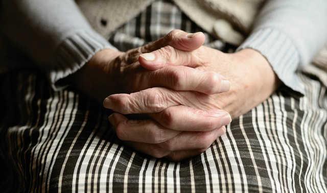 öregasszony - ráncos - kéz