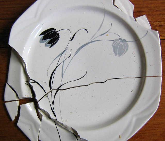 törött tányér